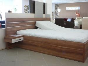 Dřevěná postel s nočními stolky a čelem.S úložným prostorem,polohovacími rošty.Cena roštu 2730 Kč za kus. Cena matrace sendvičové 8 000 kč za kus.Ceny matrací nejsou zahrnuty v celkové ceně,200x200