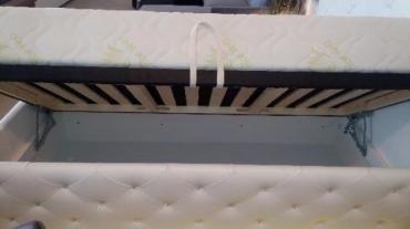 Kožená postel s kamínky Swarovski